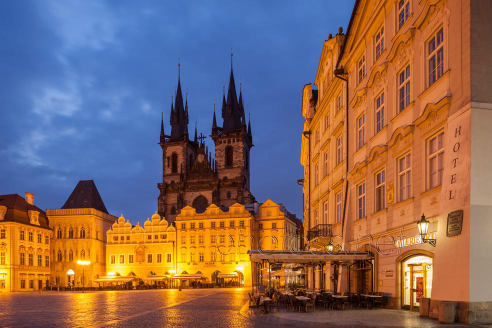 Prague_old_town_square_night
